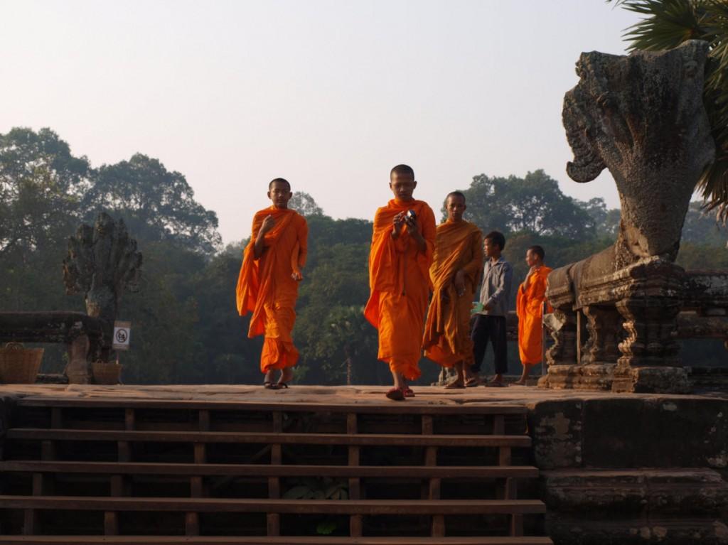 los monjes budistas llegando al templo para sus tareas diarias