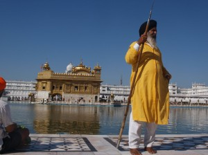 un guardia sikh frente al templo dorado